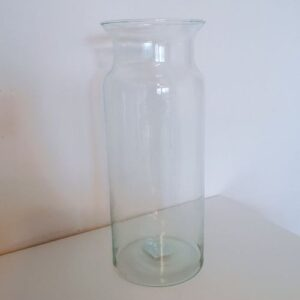Keskenyített nyakú hosszúkás váza